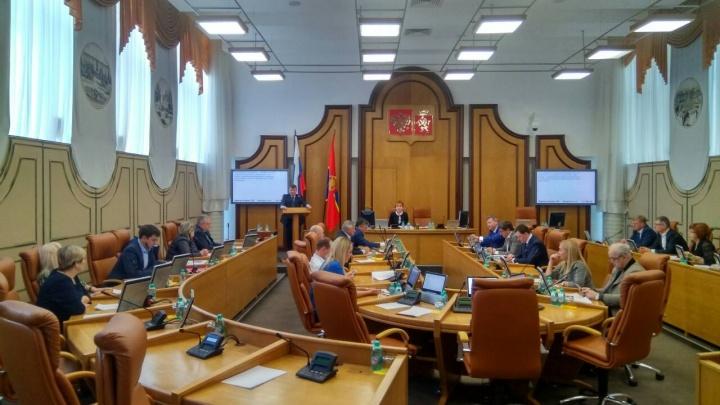 Что с жильем и экологией?: депутаты приняли бюджет города и похлопали сами себе
