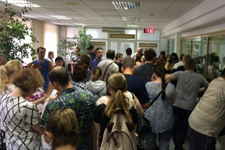 В отделении банка вчера была огромная очередь