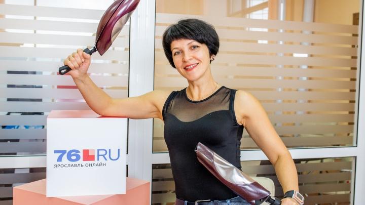 «Мне говорят, что я должна быть хрупкой»: в Ярославле женщина-силач гнёт сковородки и арматуру