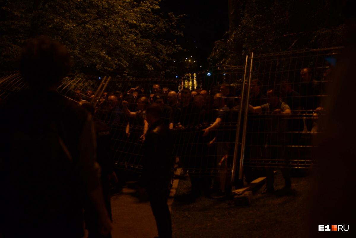 После часа ночи начался второй штурм сквера