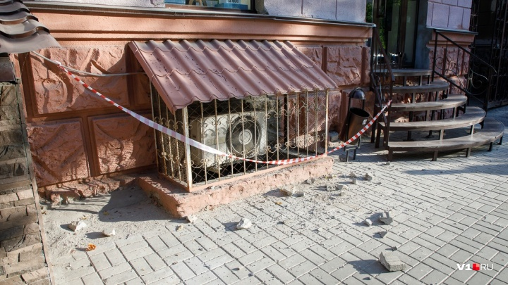 «Спасибо, хоть огородили». В центре Волгограда обрушилась часть балкона старого дома