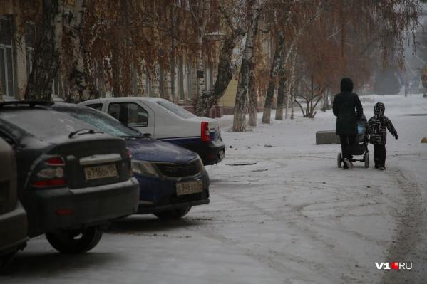 Пешеходы начали мешать водителям на аллее к Комсомольскому саду