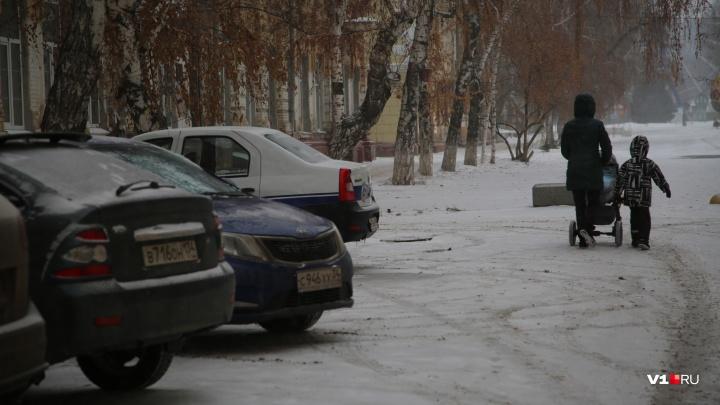 «Они еще сигналят пешеходам!»: волгоградские водители забаррикадировали аллею в центре города