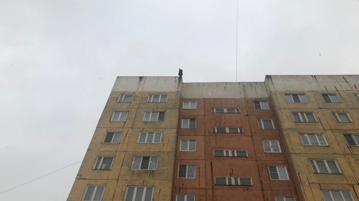 «Вы ничего не понимаете!»: в Ярославле несколько часов спасали мужчину, стоявшего на краю крыши
