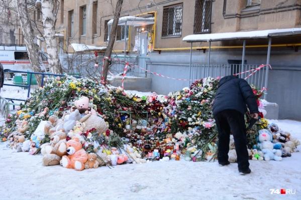 Люди до сих пор несут к импровизированным мемориалам цветы и свечи