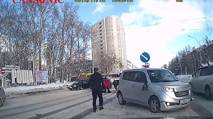 Видео: «Тойота» сбила женщину посреди проспекта Дзержинского