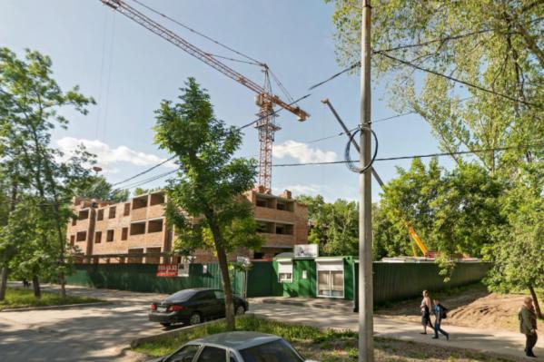 Ревизоры нашли нарушения у компании, которая возводит дом на улице Строителей, 33