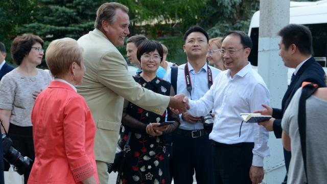 Пионовая беседка и культура Востока: пермскую гимназию №2 посетила делегация из Китая