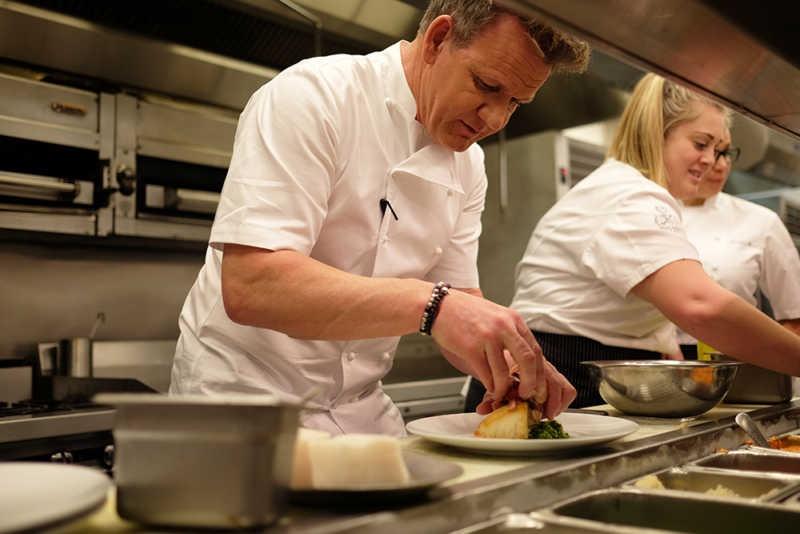 Гордон Рэмзи, как можно заметить, обходится на кухне без перчаток
