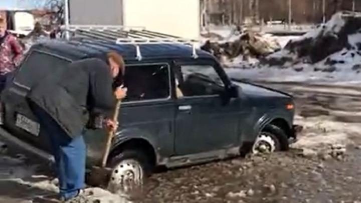 «Путь в преисподнюю»: в Ярославле «Нива» провалилась в огромную яму и застряла