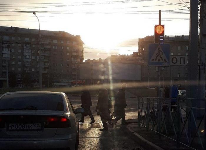 Нижнюю часть светофора не видно из-за дорожного знака