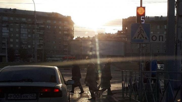 Дорожный знак закрыл от водителей новый светофор на площади Калинина