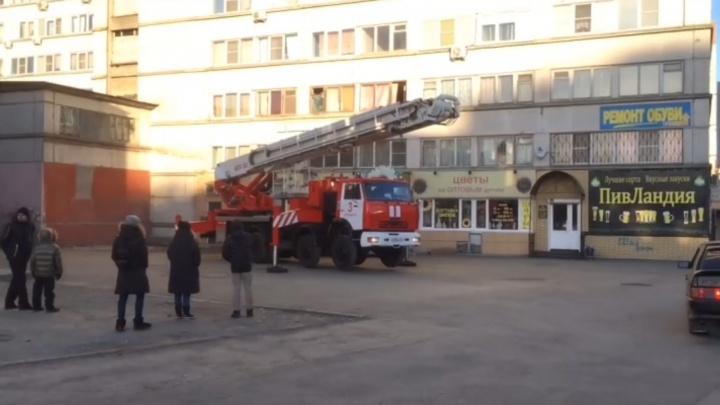 «Эвакуировали 23 человека»: в челябинской высотке вспыхнул пожар