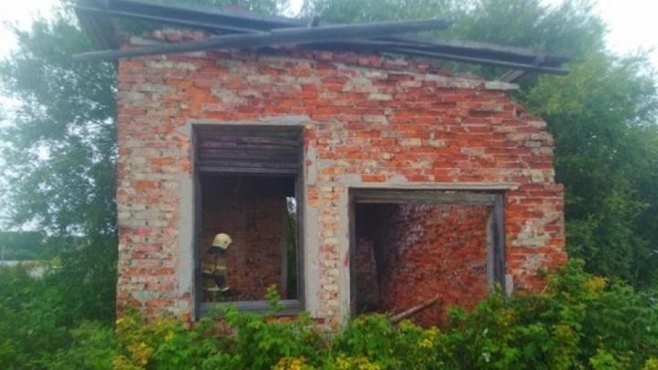 Трех девочек в Архангельске госпитализировали из-за рухнувшей на них крыши заброшенного здания