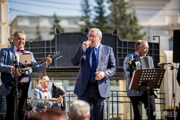 Виктор Толоконский во время выступления на юбилее Новосибирской области