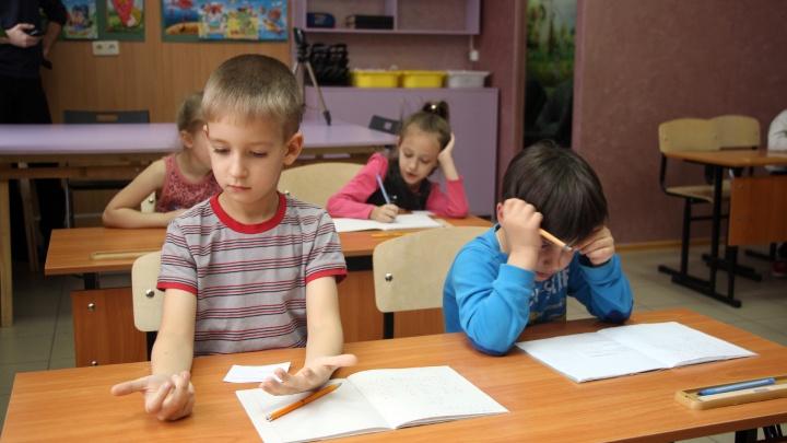«У Светы пятеро — уже полкласса»: семь многодетных омичек организовали собственную «школу»