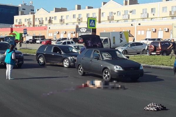 Судя по следу на лобовом стекле, водитель ехал с немаленькой скоростью