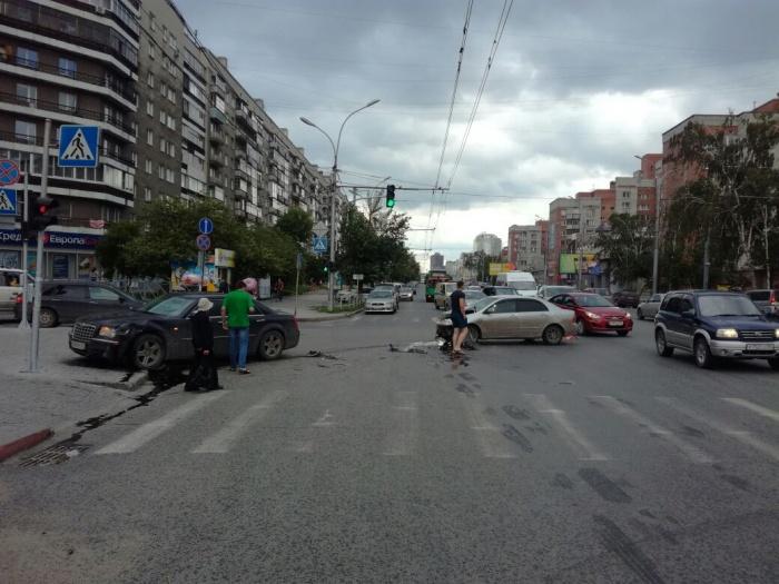 «Крайслер» после столкновения с«Тойотой» отлетел на тротуар