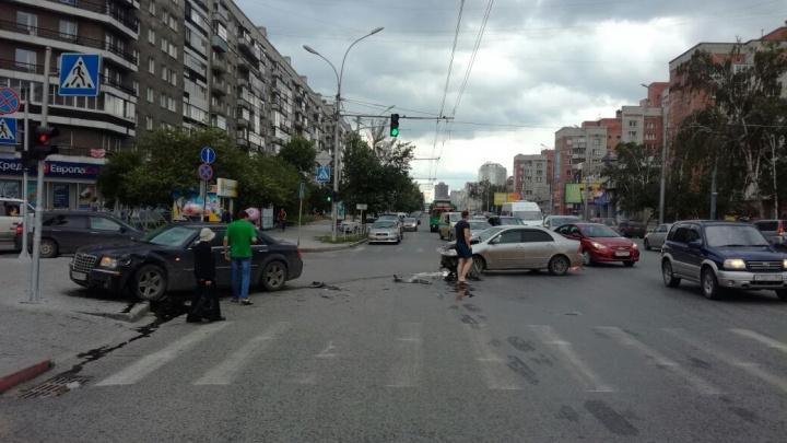 «Крайслер» вылетел на тротуар после ДТП на Вокзальной магистрали