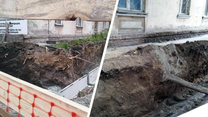 «Есть риск обвала»: у дома на Королёва вырыли глубокий ров для новостройки