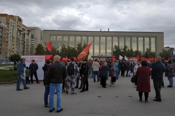Митинг проходил на площади у ГПНТБ