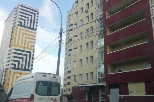 Женщина выпала с одного из верхних этажей дома на улице Калинина (справа)