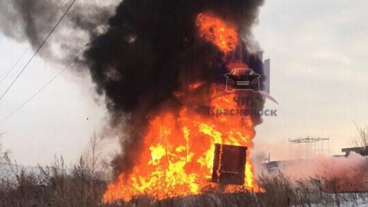 Прицеп от фуры загорелся в Водниках около детского сада