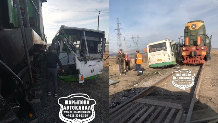 В Шарыпово на переезде автобус столкнулся с локомотивом