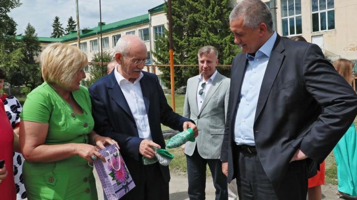 Главе Башкирии Рустэму Хамитову подарили в Крыму зеленые носки