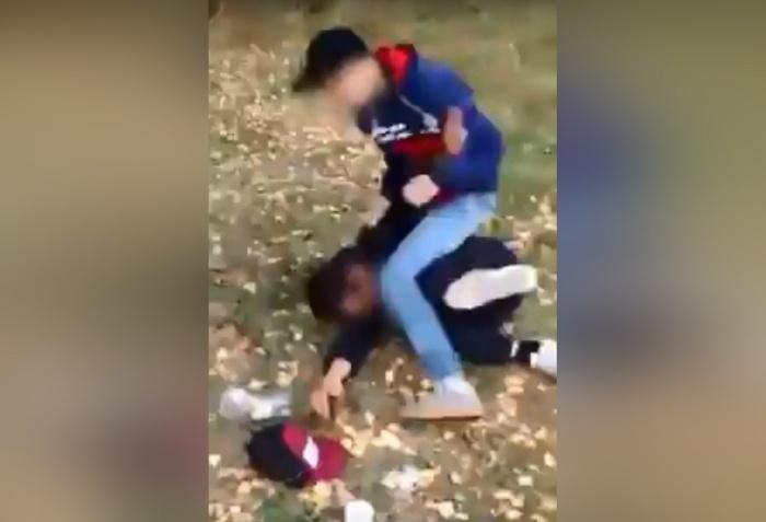 Этот подросток в Рефтинском избивает 20-летнего инвалида. Его приятель снимает всё это на видео