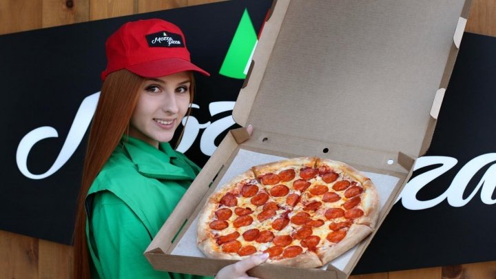 В новосибирском кафе начали готовить гигантские черные пиццы