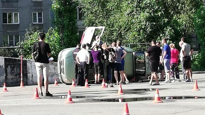 «Вывернула руль и нажала на газ»: челябинка уронила машину с горки на автодроме ГИБДД