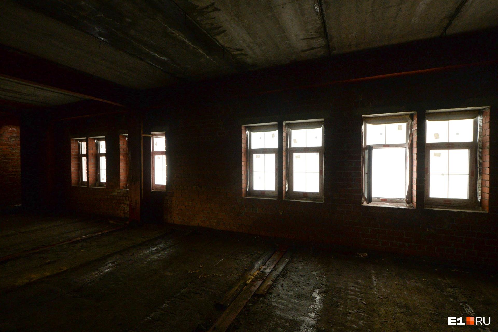 На втором этаже в окнах есть стекла, но не во всех