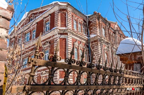 Здание Красного Креста на Льва Толстого стоит заброшенным уже несколько лет