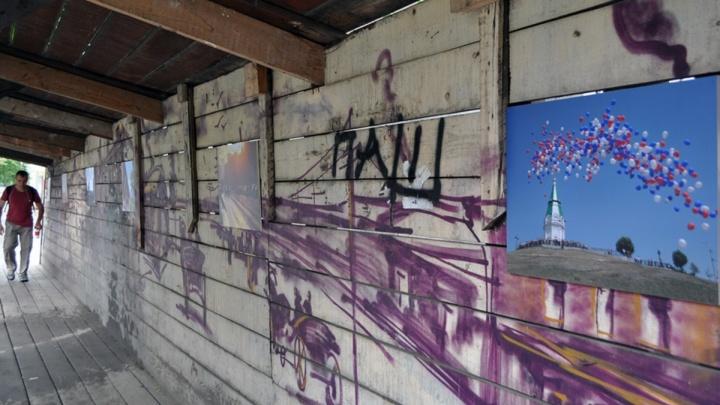 На деревянных строительных заборах на Мира устроили фотовыставку