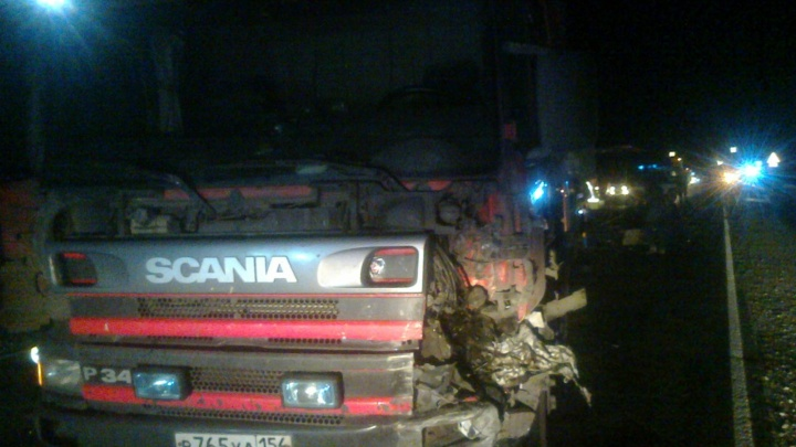 «Фольксваген» въехал в грузовик на темной трассе: погибли двое