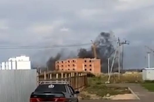 Густой черный дым над стройкой: очевидцы сняли видео пожара под Уфой