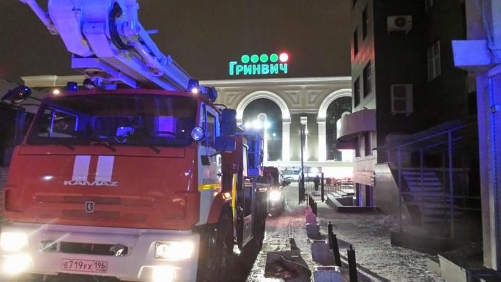 Люди стояли на балконе 13-го этажа, просили о помощи: в центре Екатеринбурга вспыхнул пожар