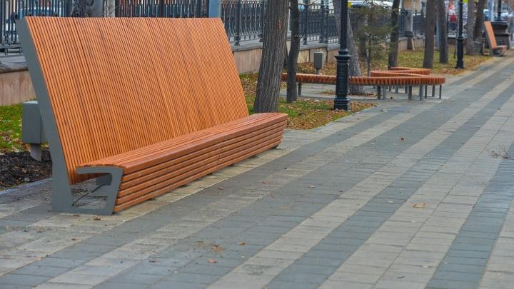 Москвич обвинил мэрию Екатеринбурга в краже дизайна скамеек, которые стоят на проспекте Ленина