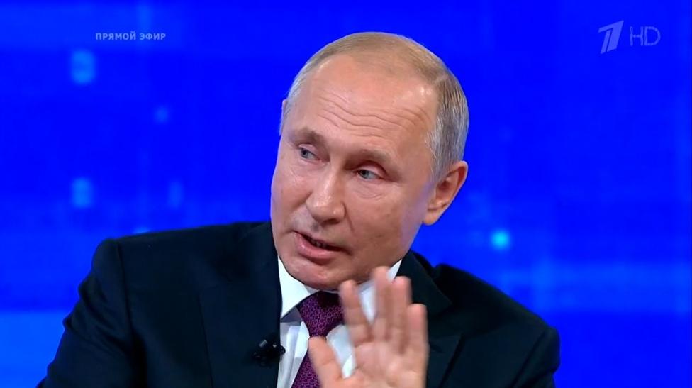 Во время прямой линии Владимир Путин останавливал журналистов и отвечал на СМС-сообщения, вышедшие на экран