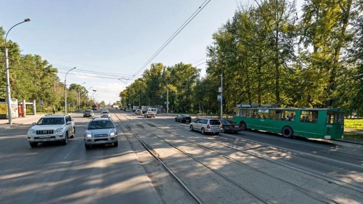 Езжайте по трамвайным рельсам: энергетики раскопают улицу Сибиряков-Гвардейцев