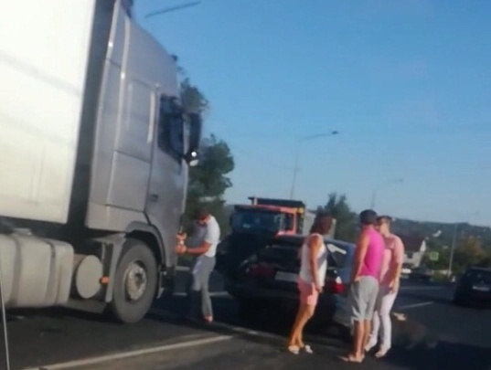 В Волгограде иномарка c семьёй сбила собаку и столкнулась с фурой