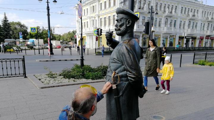 Омский бизнесмен отсудил у вандала, повредившего статую Городового, 27 тысяч рублей