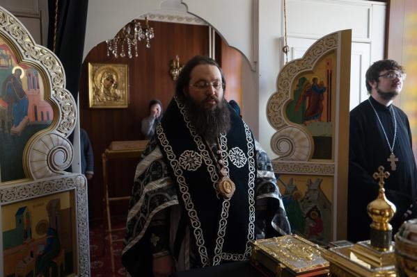 Епископ Иннокентий оказался замешан в скандале из-за его родного брата Дионисия (справа)