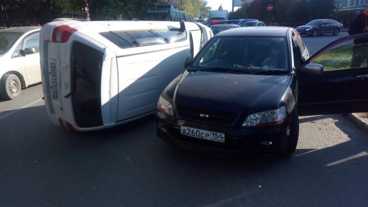 Массовое ДТП у «Сибирской ярмарки»: на Красном проспекте перевернулисьдве машины