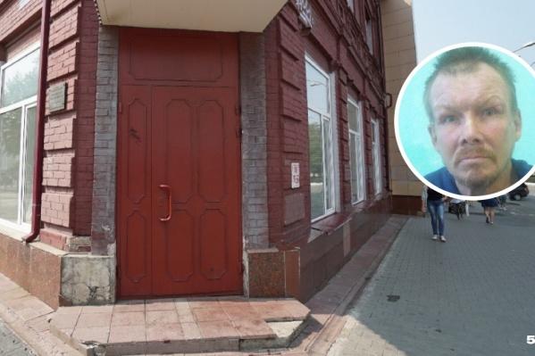 Бездомный лежал на крыльце здания, где расположено ведомство