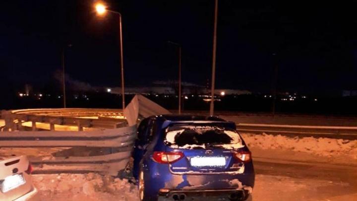 На метромосту водитель сбежал после ДТП, бросив в машине трёх 18-летних девушек