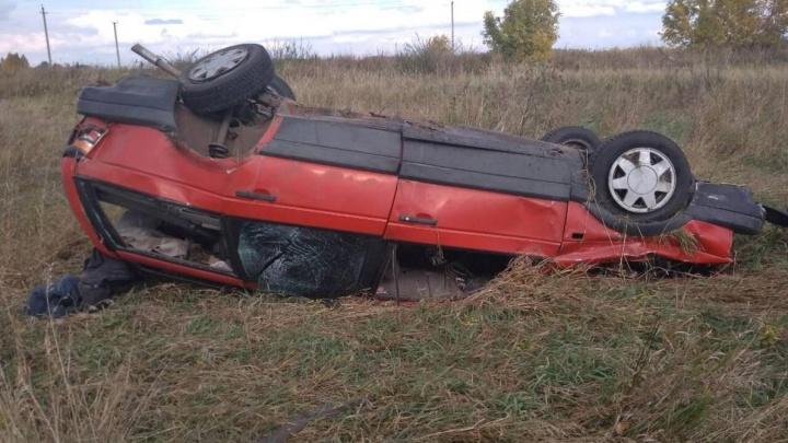 В Шатровском районе пьяный водитель, лишённый прав, съехал с дороги — автомобиль перевернулся