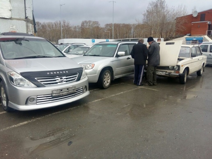 Из-за удара между припаркованными машинами зажало человека