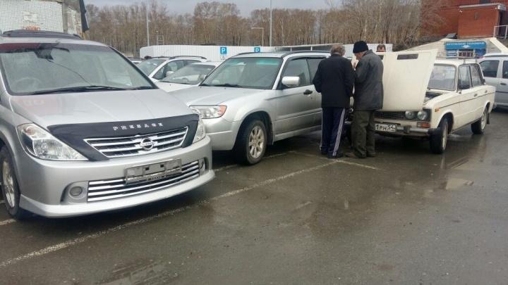 Продавца машины зажало между автомобилями после ДТП на парковке